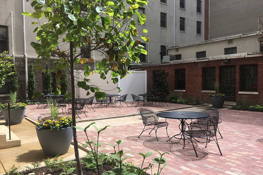 courtyard with plants and table and chairs